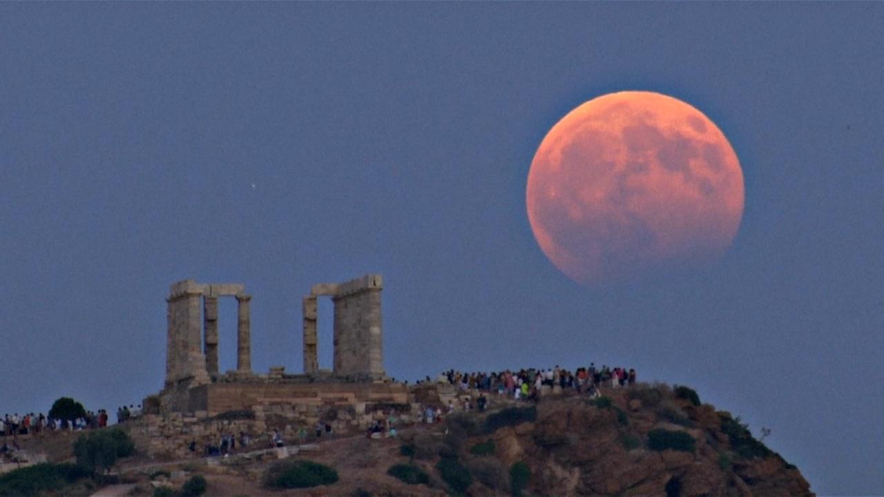 Лунное затмение над греческим мысом Сунион и Мадридом