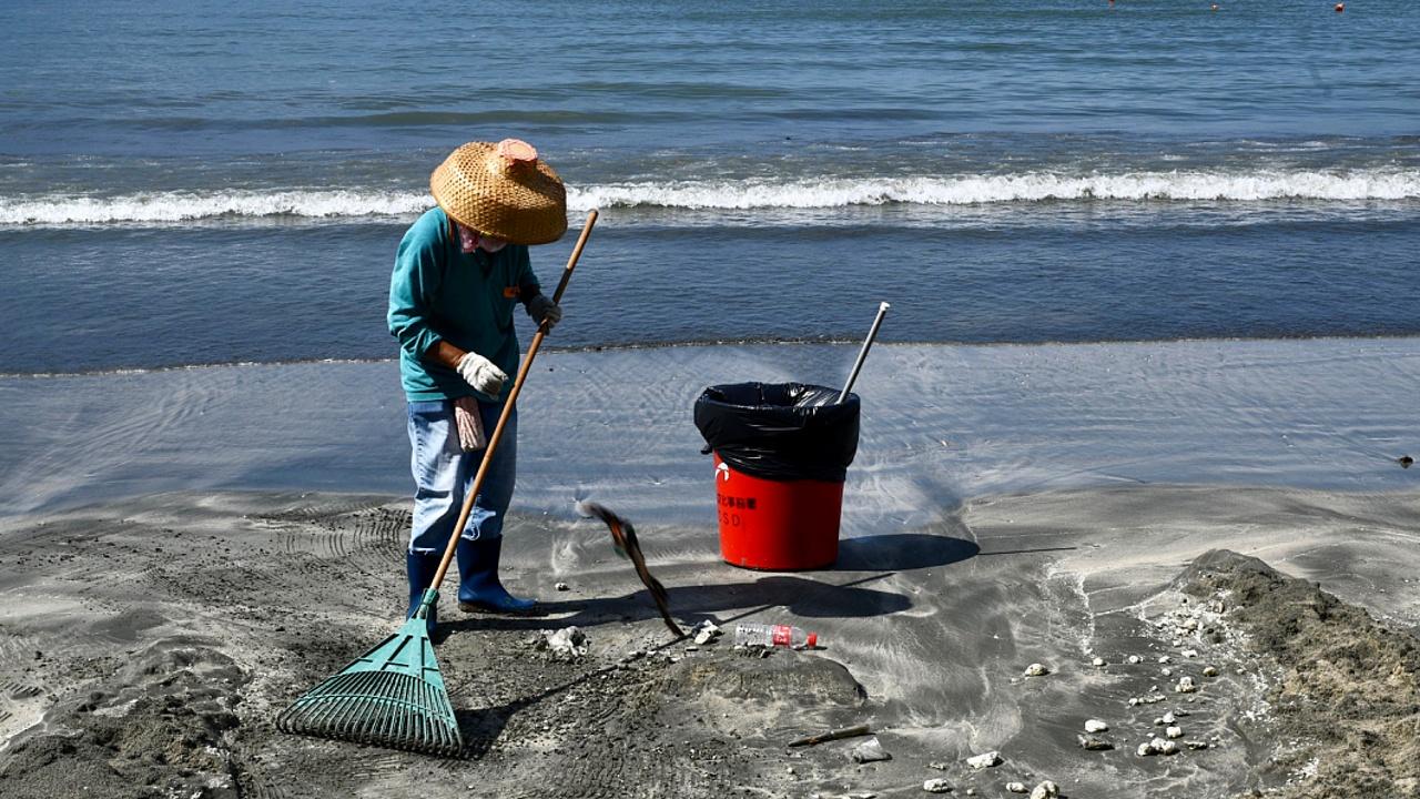 Пляжи Гонконга закрывают из-за аварии в материковом Китае