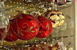 Готовь сани летом: в Лондоне продают рождественские игрушки