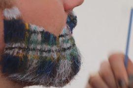 Мужчины раскрашивают бороды в клетку на фестивале волынки в Глазго
