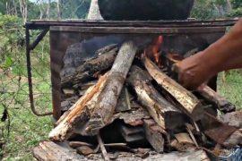 Венесуэльцы готовят на дровах из-за отсутствия газа