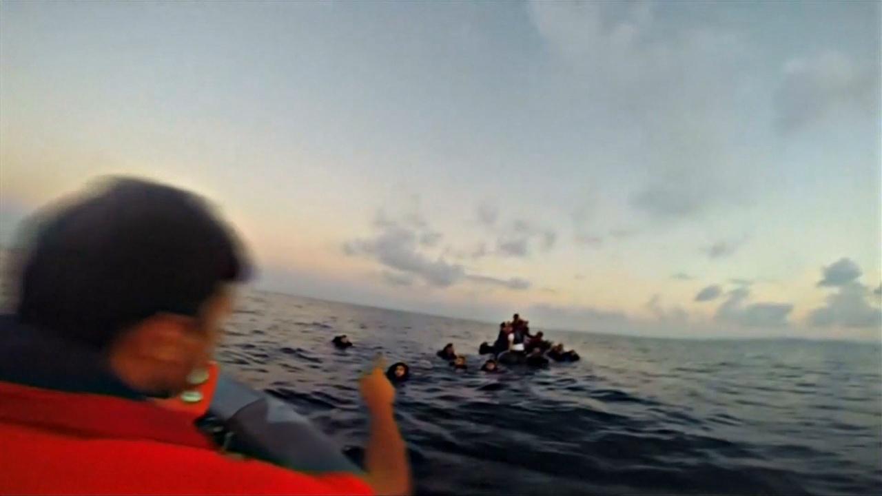 Нелегальные перевозчики выбросили в море 180 мигрантов