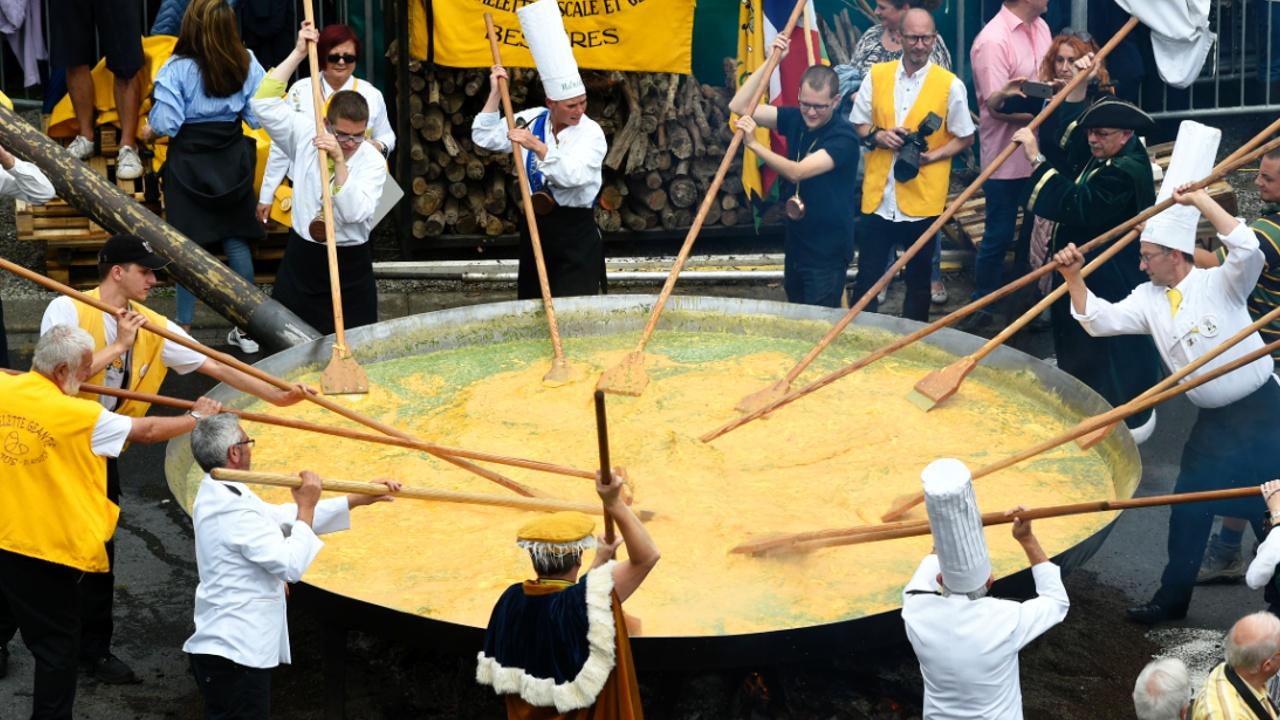 В Бельгии приготовили гигантский омлет из 10 тысяч яиц