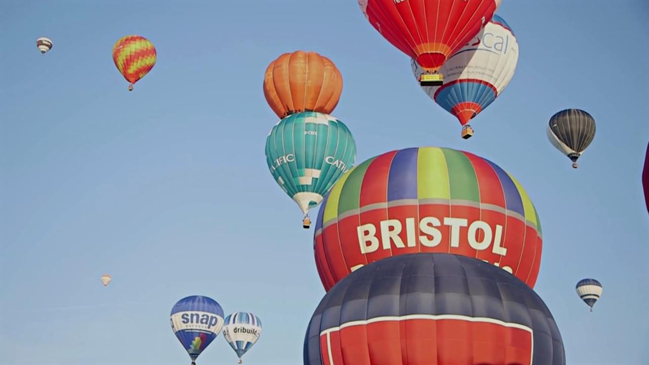 Десятки ярких воздушных шаров проплыли над Бристолем