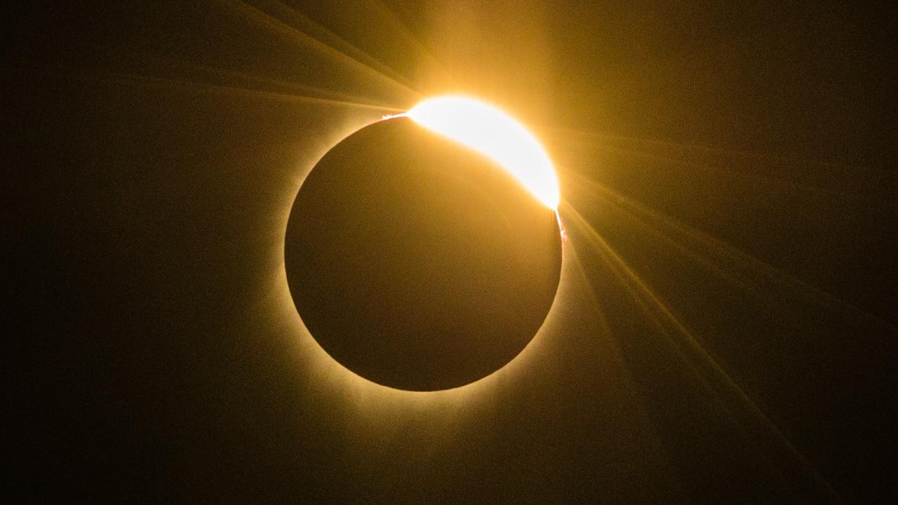 Полное солнечное затмение наблюдали с запада до востока США