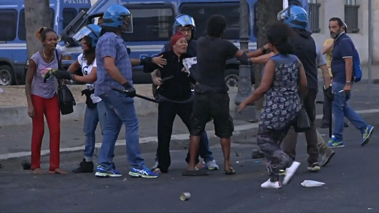 В Риме 100 беженцев вступили в стычки с полицией