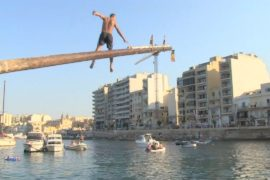 Как на Мальте покоряли обмазанное жиром бревно