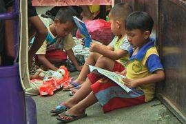 Пожилой индонезиец сделал передвижную библиотеку для детей