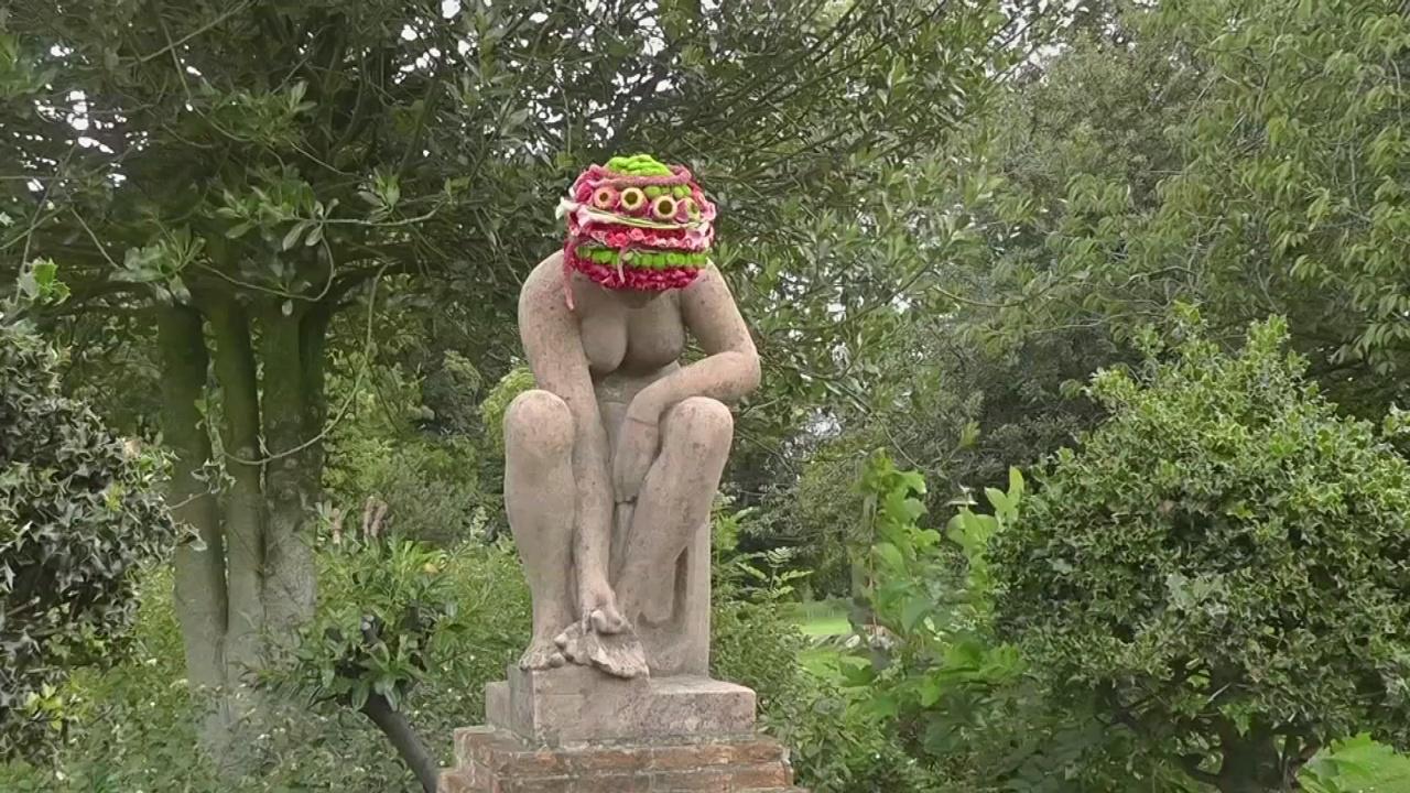 Каменные статуи в Брюсселе нарядили в шапочки из цветов