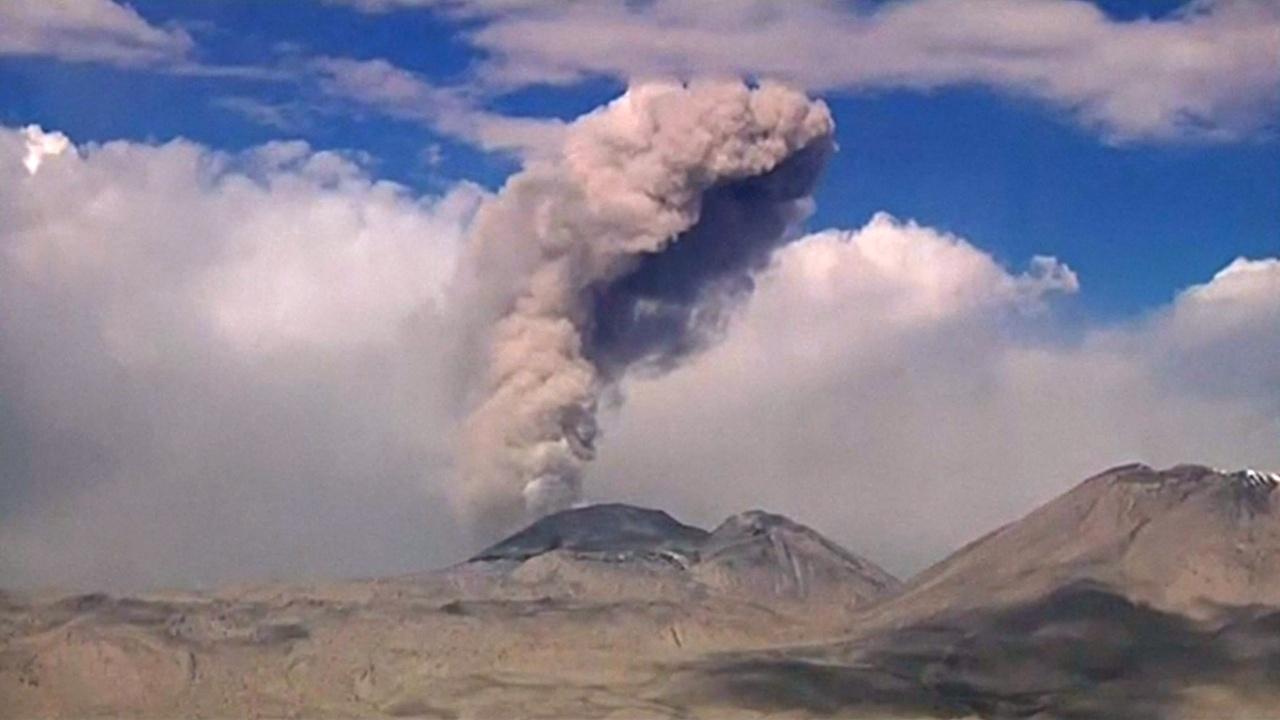 Перуанцам раздают маски и очки для защиты от вулканического пепла