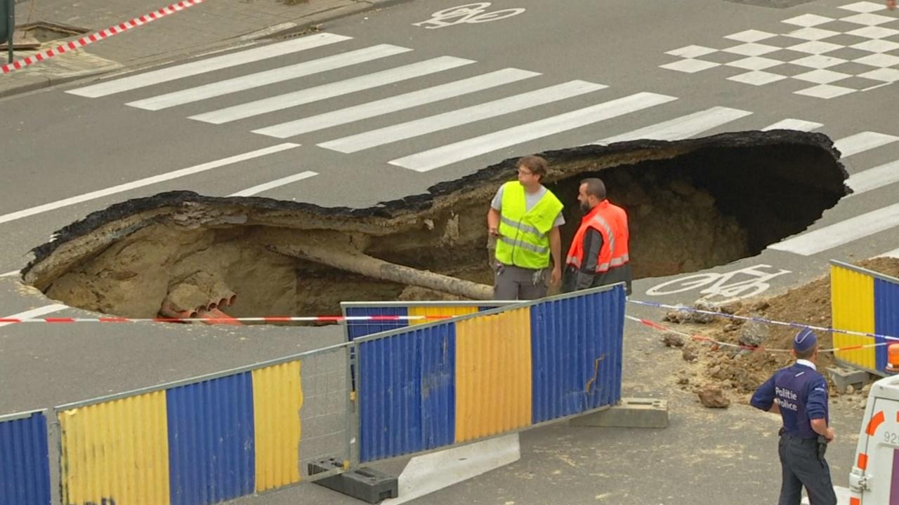 На оживлённой улице Брюсселя образовался провал в несколько метров