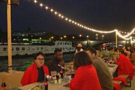 На берегу Сены в Париже устроили пикник на 500 человек