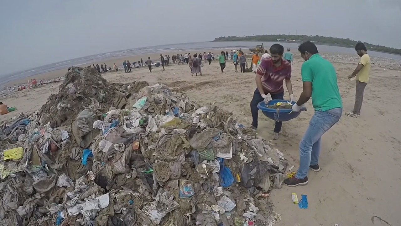 Волонтёры очищают от гор мусора индийские города
