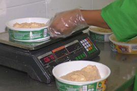 В Нигерии традиционное блюдо из кукурузы делают на фабрике