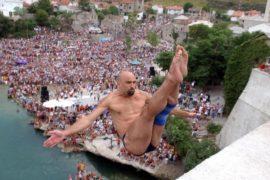Как клифф-дайверы прыгали с моста в Боснии