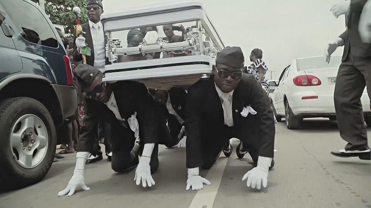 На похоронах в Гане танцуют и веселятся