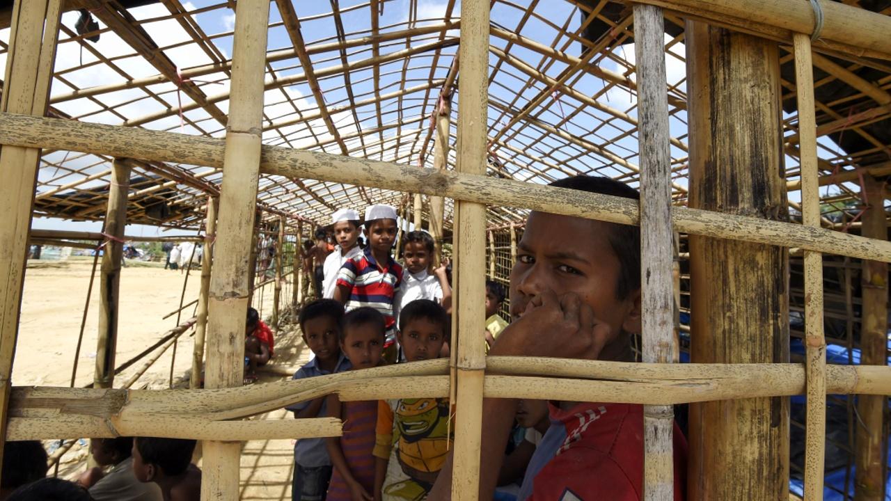 Беженцы-рохинджа строят временные жилища в Бангладеш