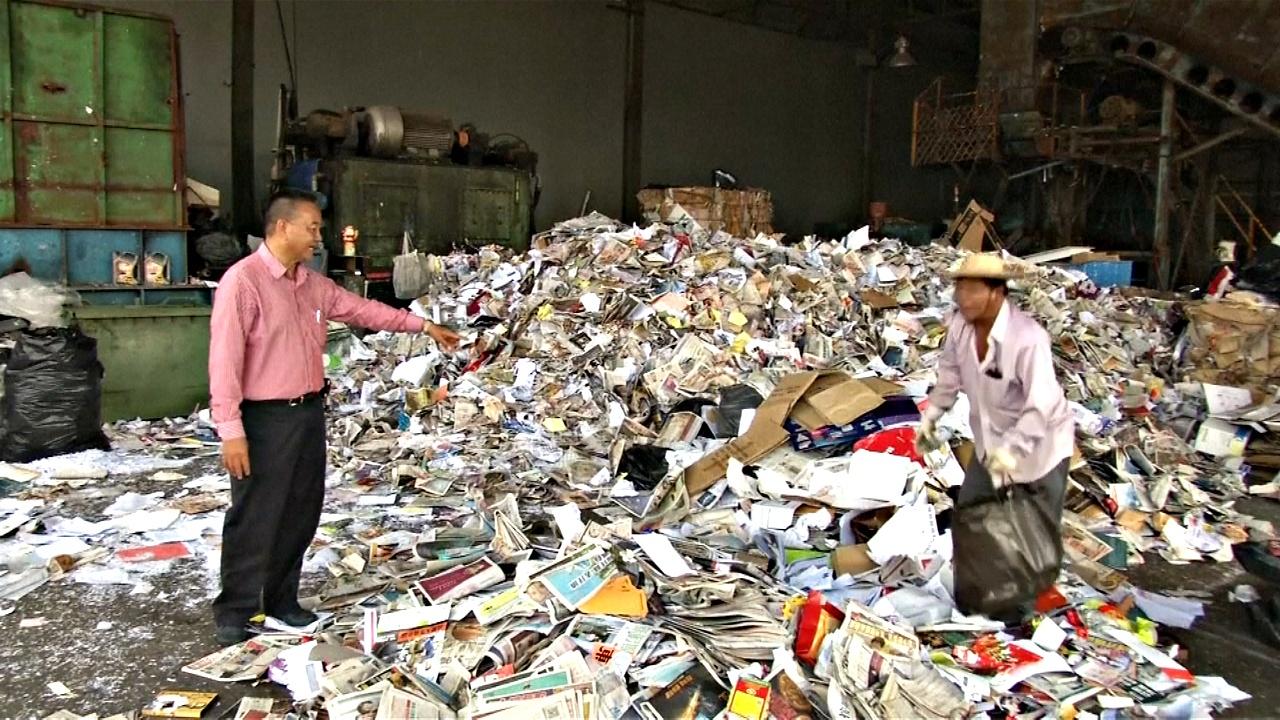 Гонконг тонет в макулатуре из-за запрета Китая на ввоз отходов