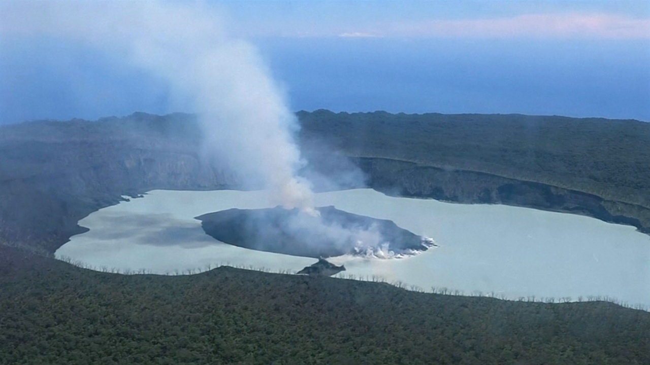 Из-за вулкана эвакуируют всех жителей острова Оба