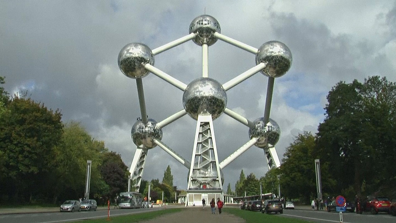 В Брюсселе начали чистить самое известное строение города