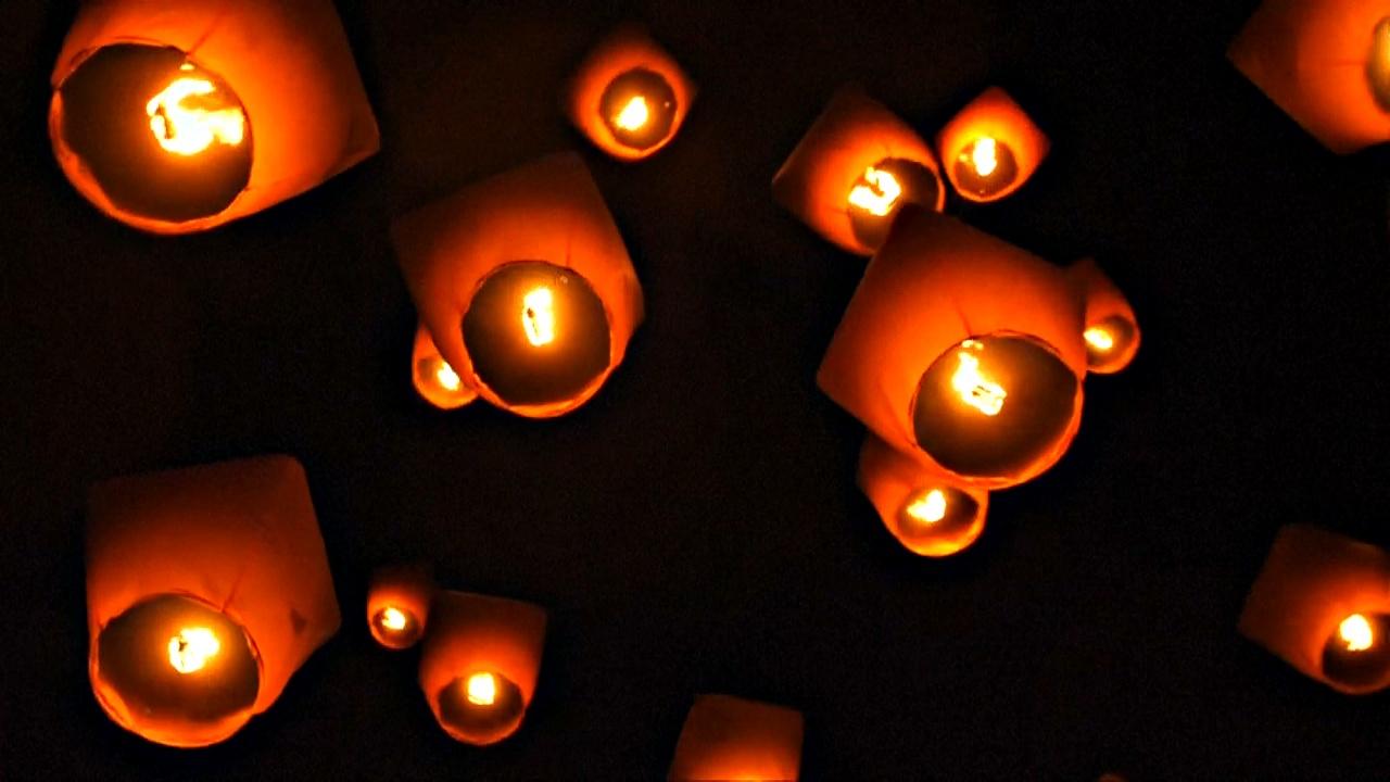 Сотни светящихся фонариков взмыли в небо над Тайванем