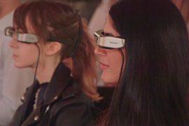 Для людей с проблемами слуха разработали очки для похода в театр
