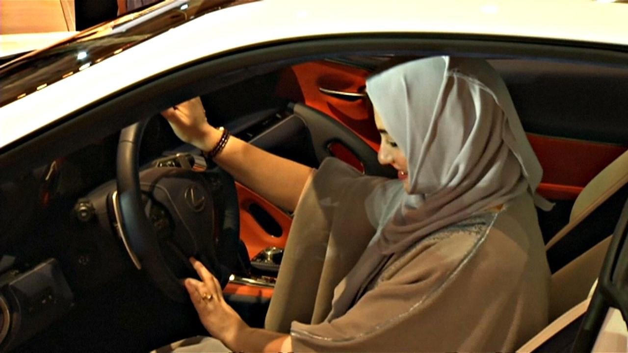 Саудовские женщины устремились на автошоу выбирать машины