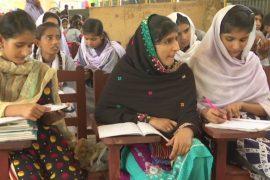 Пакистанских детей из неблагополучных семей учат в бесплатных школах