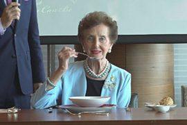 «Королева этикета» из Австралии учит китайцев хорошим манерам