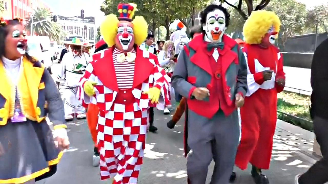 Клоуны из разных стран прошли парадом по улицам Мехико