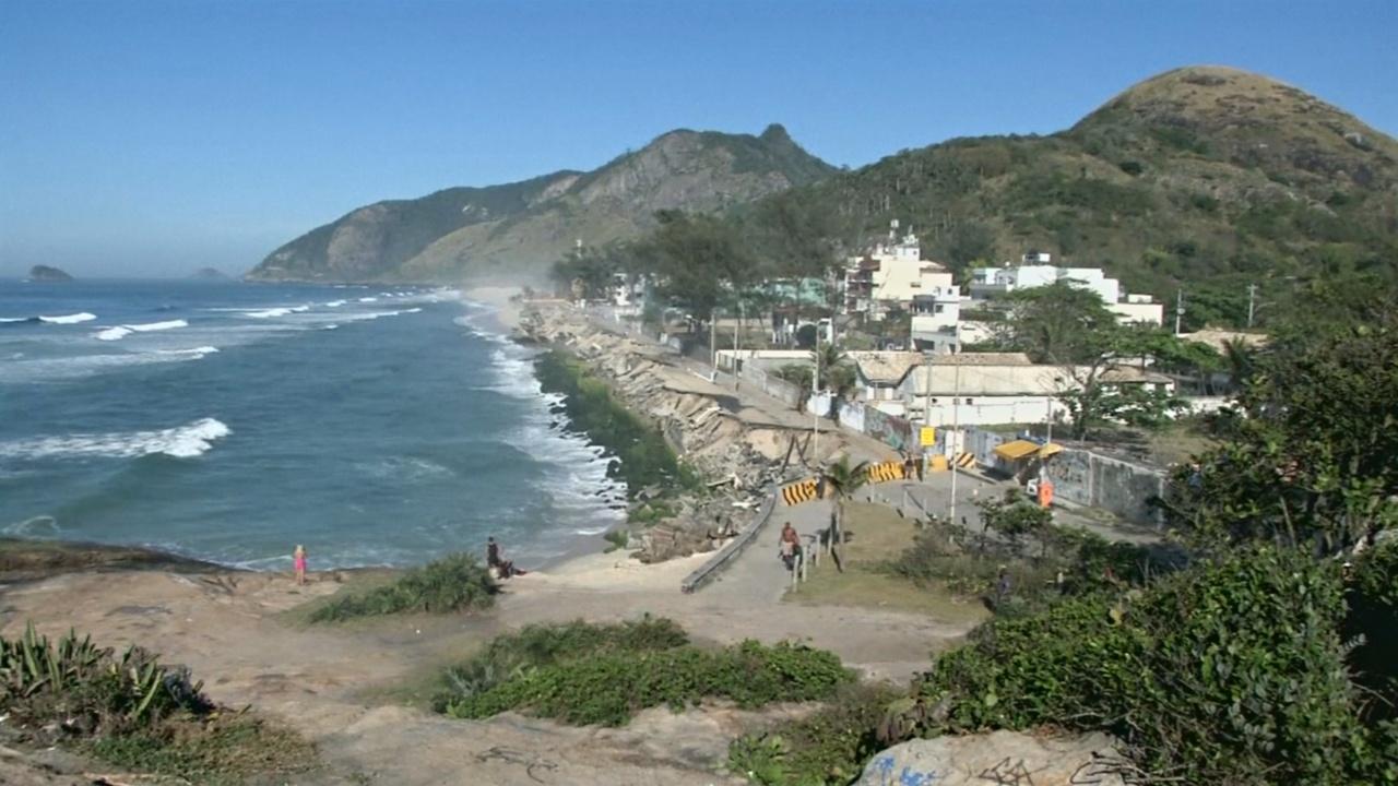 Волны за месяц разрушили пляж в Рио-де-Жанейро