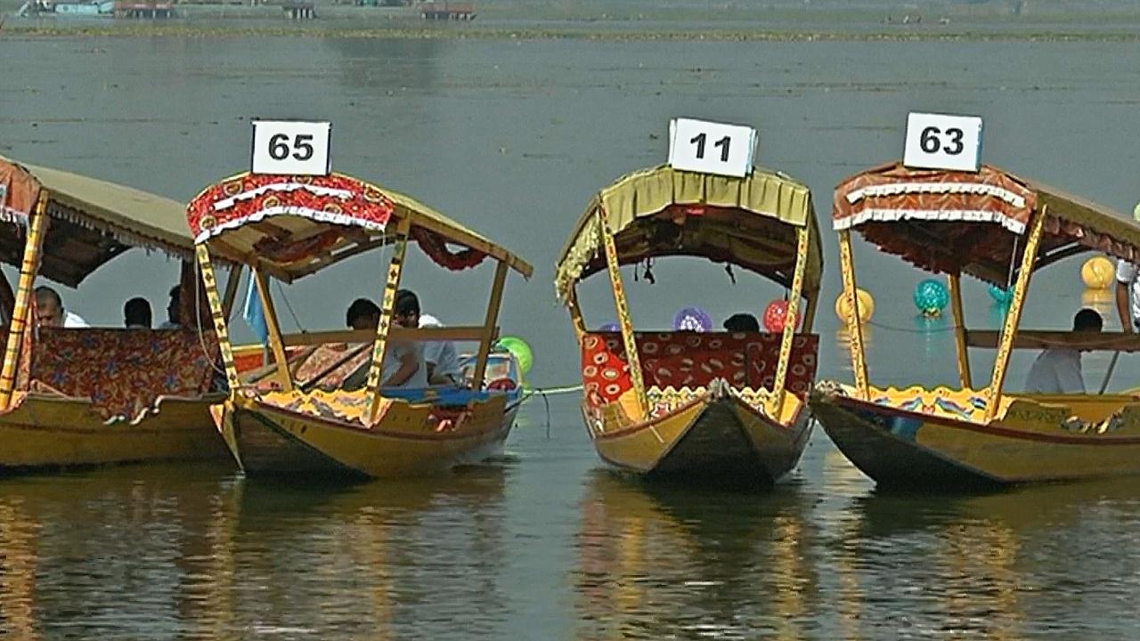 Гонки на шикарах устроили на озере Дал в Кашмире