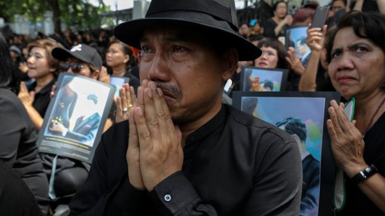 Тайцы ночуют под дождём в преддверии пышных похорон короля