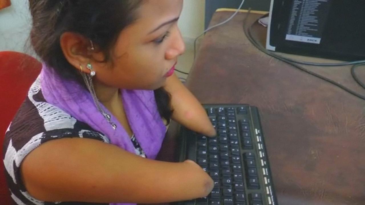 Индианка без рук стала оператором компьютерного набора