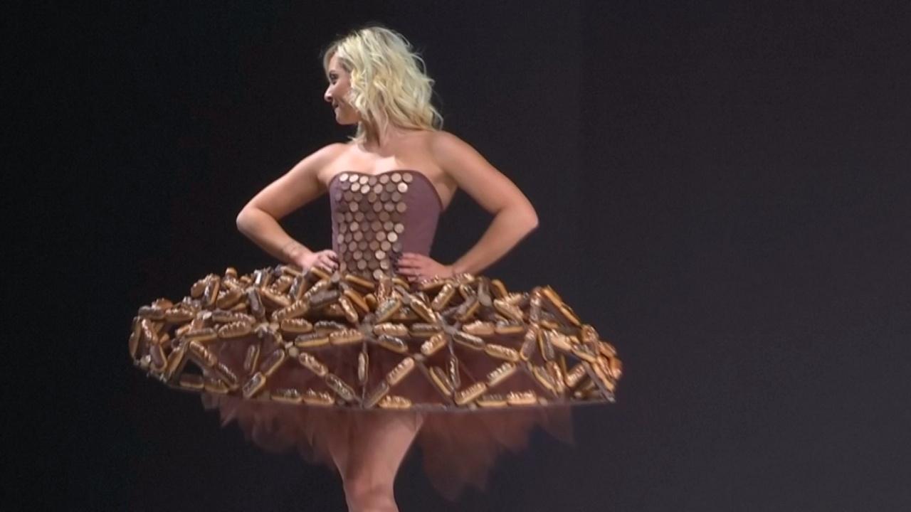 15 платьев из шоколада показали в Париже