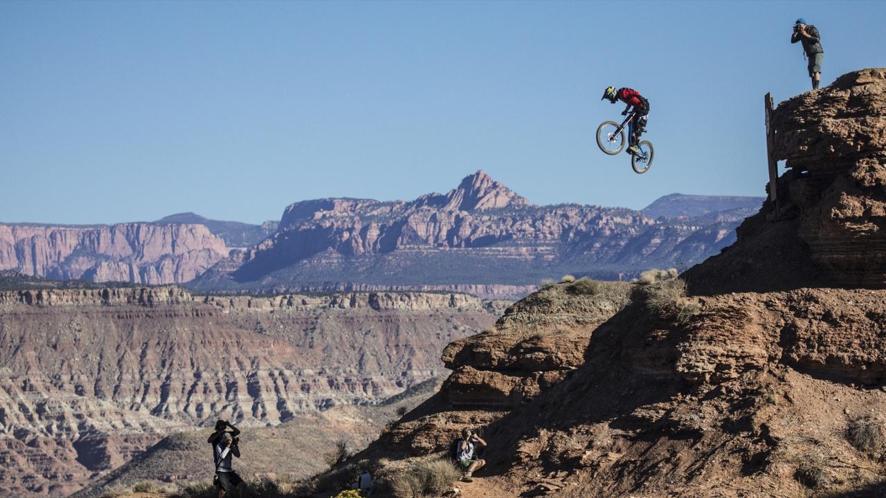 В США определили чемпиона по спуску на велосипеде с отвесных скал