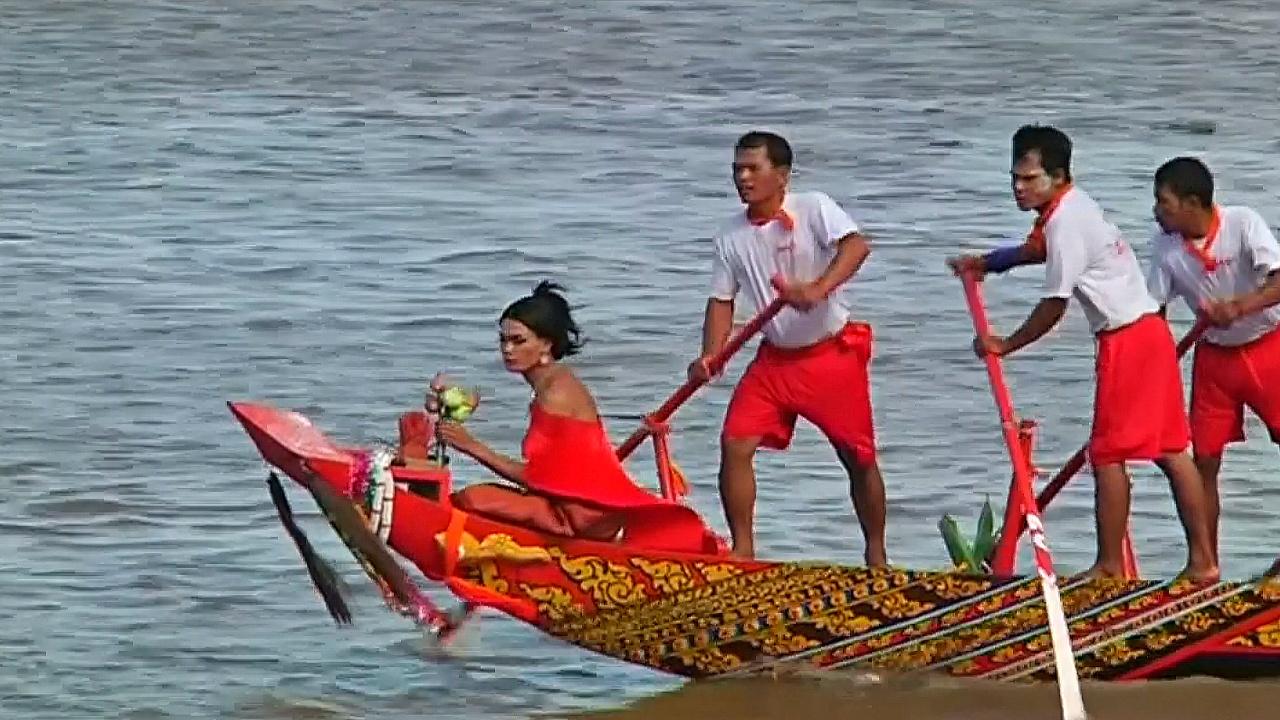 Фестиваль воды в Камбодже отметили гонками на лодках-драконах