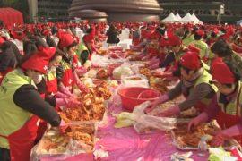 Тысячи собрались в Сеуле, чтобы готовить кимчхи ради благотворительности
