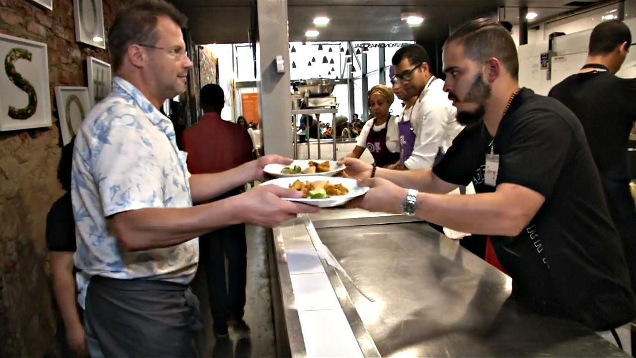 Ресторан в Рио кормит обедами бездомных и бедных бразильцев