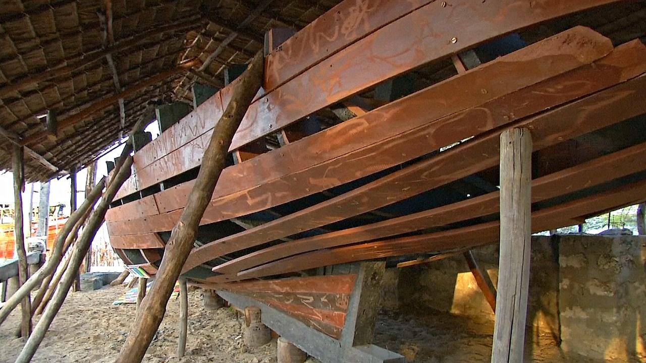 Кенийский плотник строит лодки из пластиковых отходов