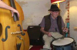 96-летний барабанщик играет в джаз-группе после перерыва в три четверти века