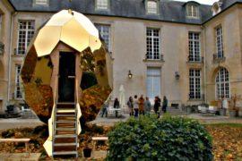 Сауна в виде золотого яйца появилась в осеннем Париже