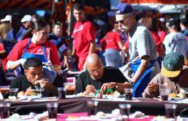 Бездомных Лос-Анджелеса накормили в День благодарения