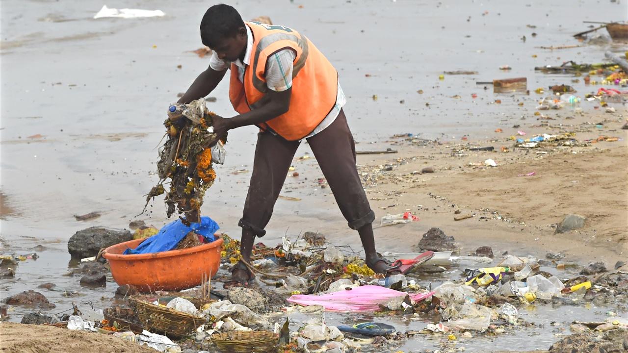 Самую масштабную в мире очистку пляжа прекратили из-за угроз