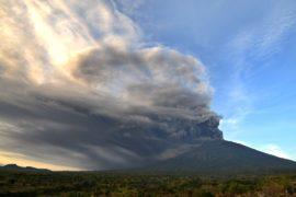 На Бали извергается Агунг: уровень опасности подняли до наивысшего