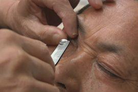Зачем в Китае «бреют» глаза?