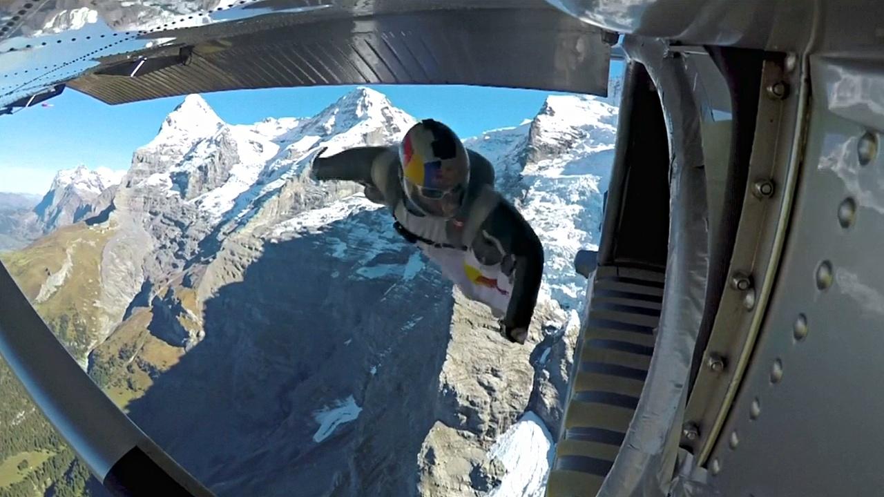 Вингсьют-пилоты прыгнули с горы и влетели в самолёт