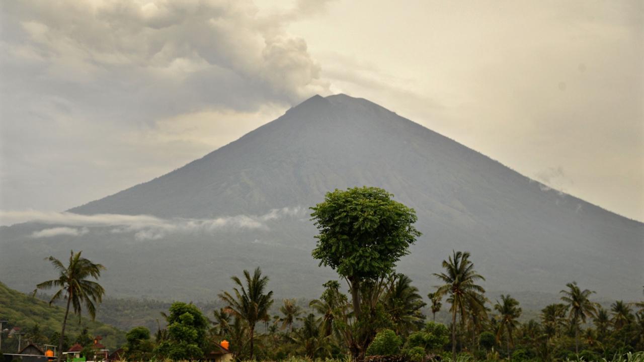 Уровень опасности извержения Агунга остаётся наивысшим