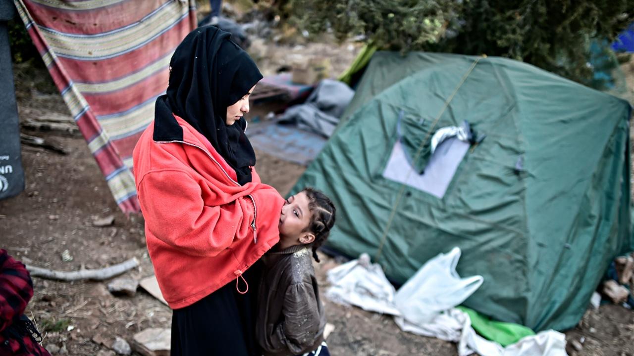 Холод и грязь: мигранты оказались в ловушке на острове Лесбос