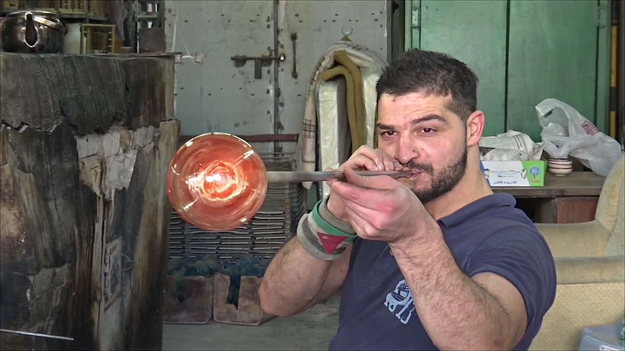 Палестинцы хранят традиции выдувания изделий из стекла